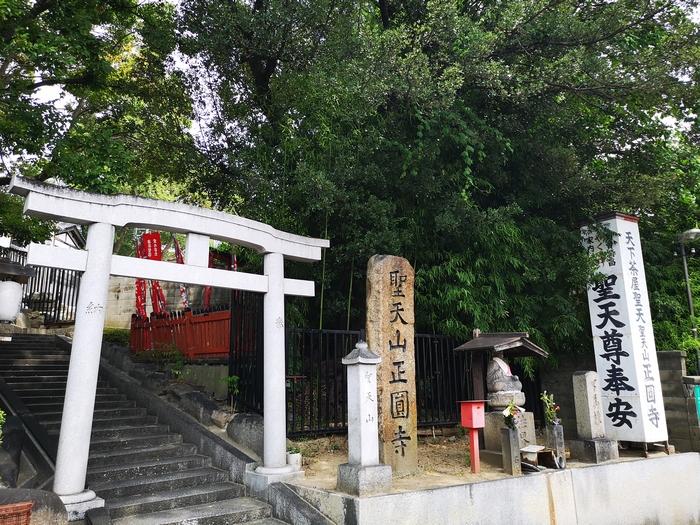 鳥居がある正圓寺入口